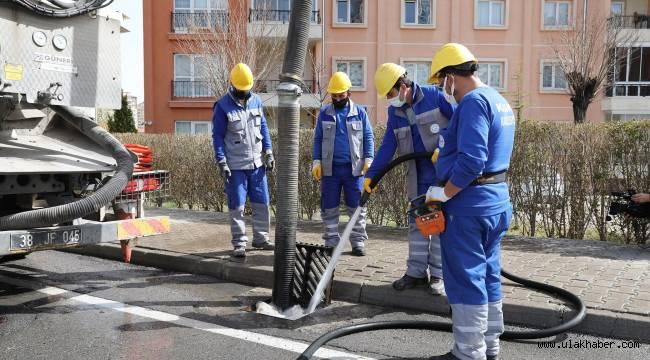 KASKİ ızgaralarda temizlik çalışması yapıyor